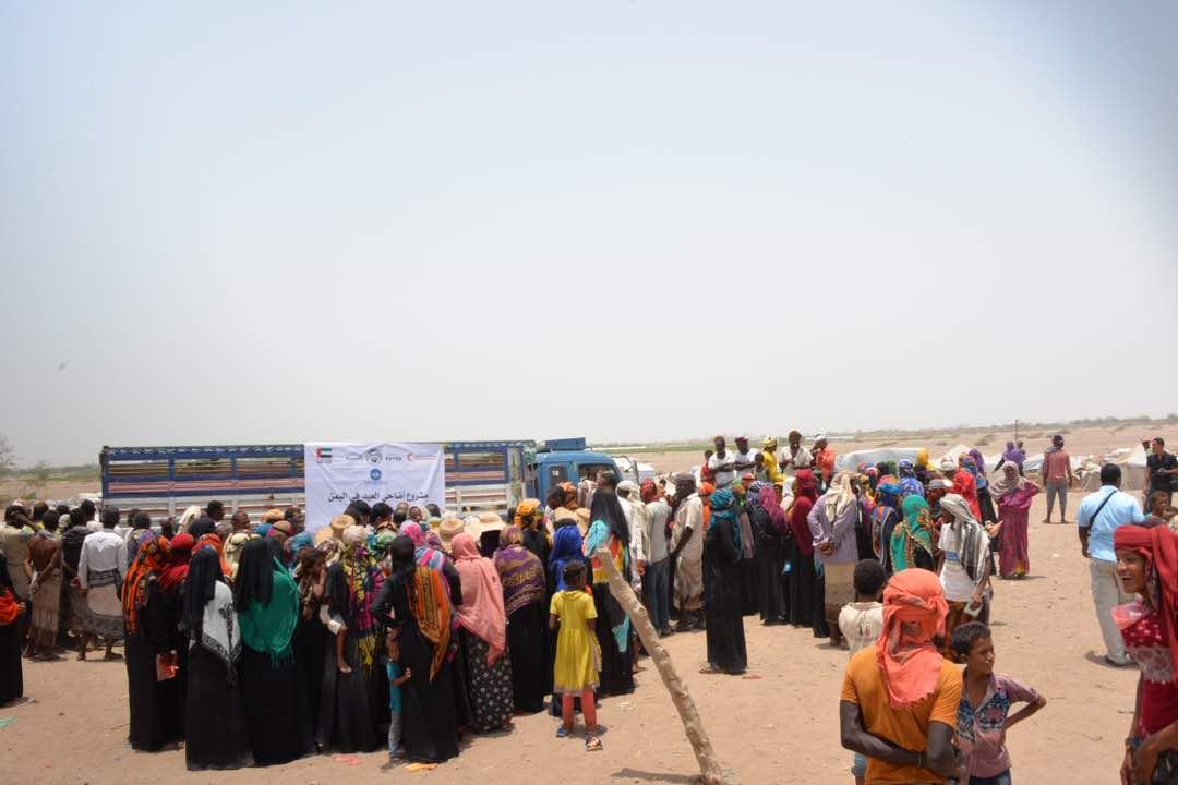 جمعية الفجيرة الخيرية توزع أضاحي العيد لنازحي الحديدة في مخيمات لحج