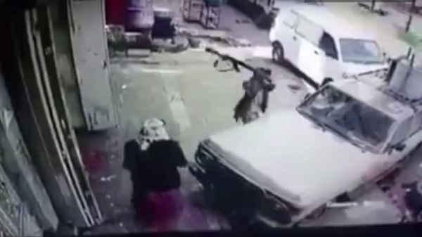 هكذا يتم قهر الرجال شاهد كيف تم تحطيم ممتلكات هذا المسن أمام عينيه وتحت تهديد السلاح والفاعل حوثي
